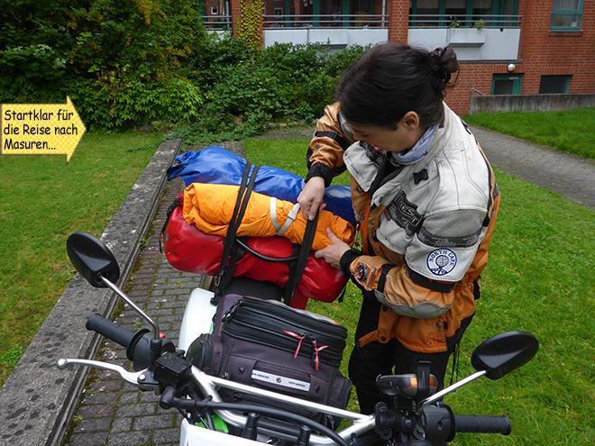 Svenja packt ihr Motorrad