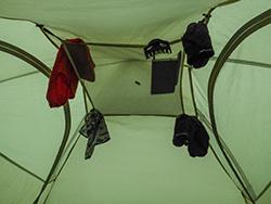 Nasse Wäsche im Zelt