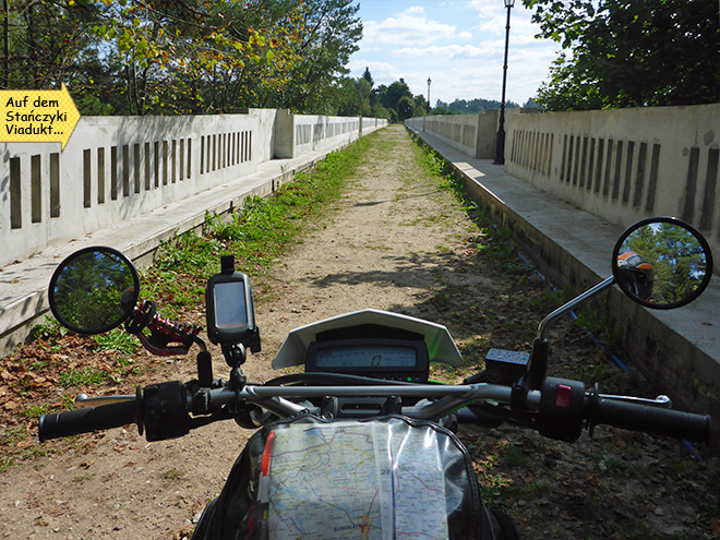 Stańczyki-Viadukt mit dem Motorrad Enduro