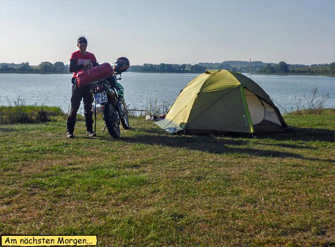 Zelt auf Motorrad verstauen