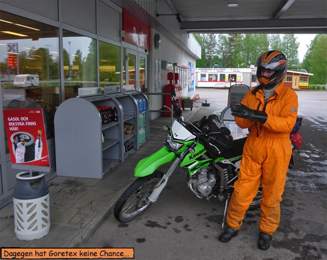 Regenkombi Motorrad Tankstelle