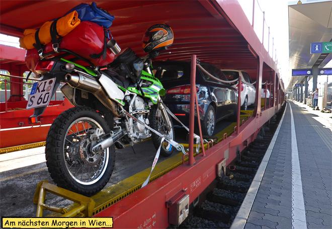 Motorrad auf dem Autozug