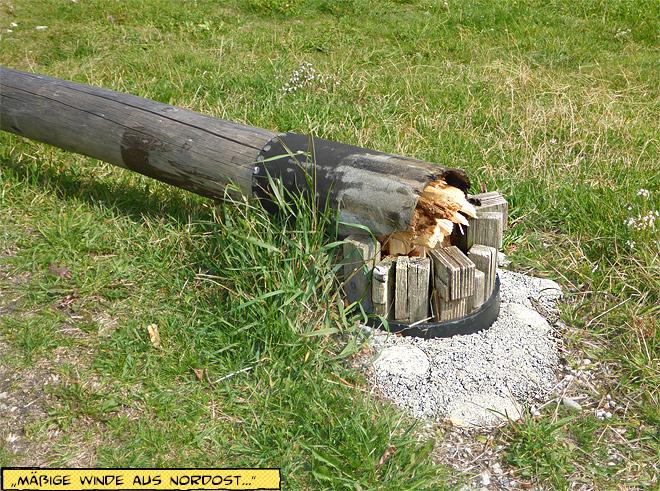 gebrochener Flaggenmast aus Holz