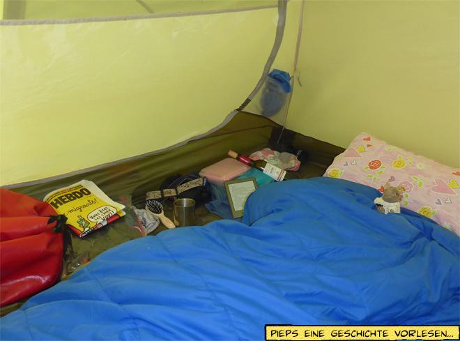 Abends im Zelt mit Schlafsack und Kissen