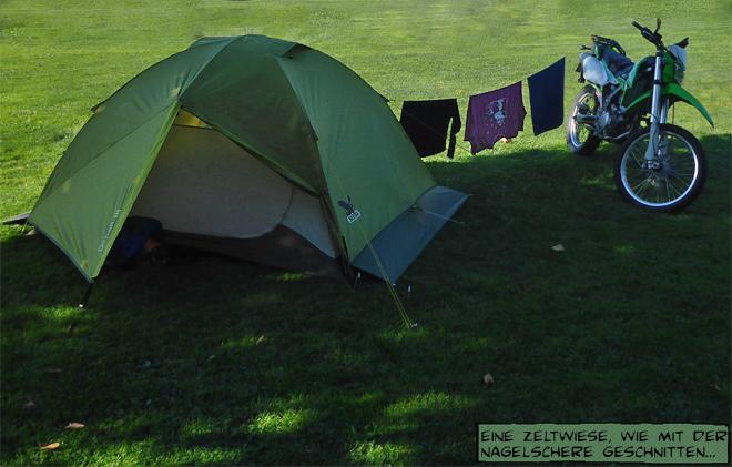 Zelt und Motorrad mit Wäscheleine