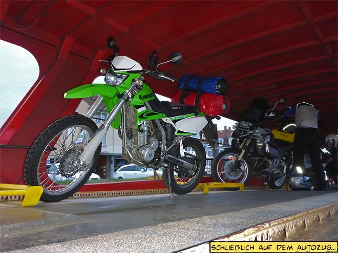 Motorräder auf dem Autozug Waggon