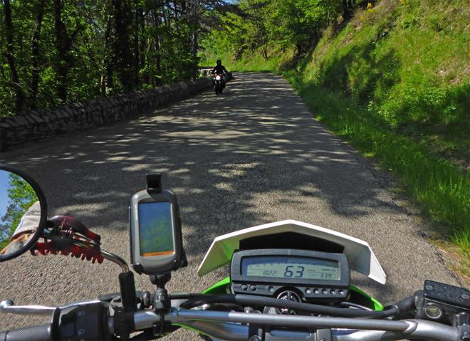 Motorradfahrer grüßen Landstraße