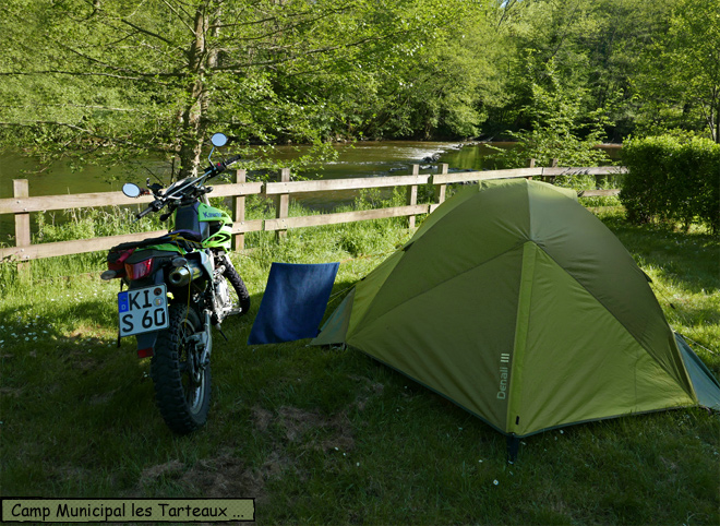 Zelt am Fluss Motorrad