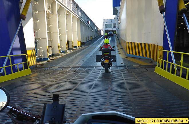 Motorrad fährt auf eine Fähre