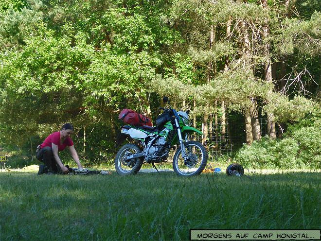 Motorrad Zelt zusammenpacken