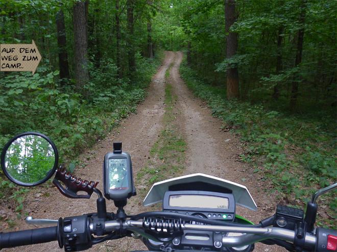 Motorrad auf dem Waldweg