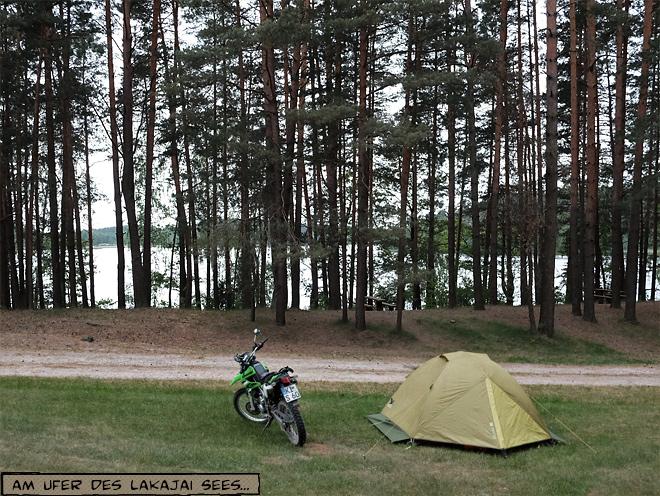 Zeltplatz am See mit Motorrad
