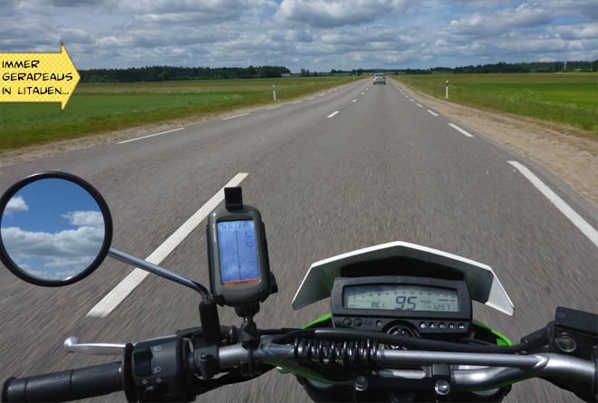 Gerade Landstraße mit Motorrad