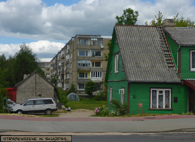 Holzhaus vor Plattenbau Litauen