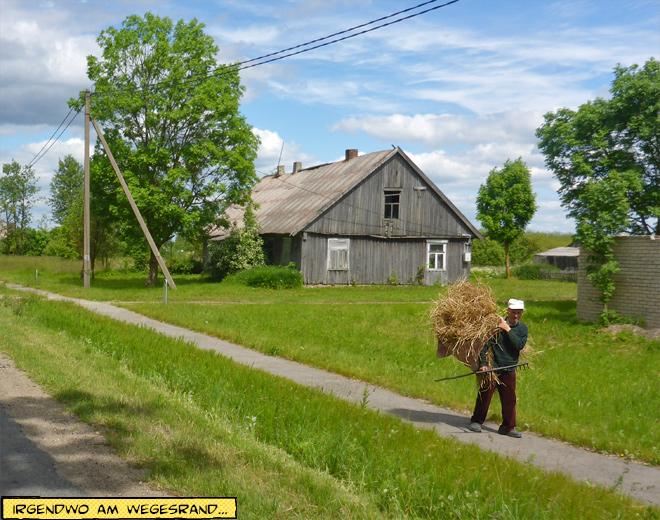 Alter Mann mit Strohbündel auf dem Rücken