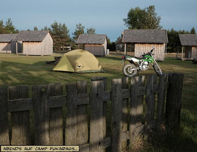 Zelt und Motorrad in der Abendsonne
