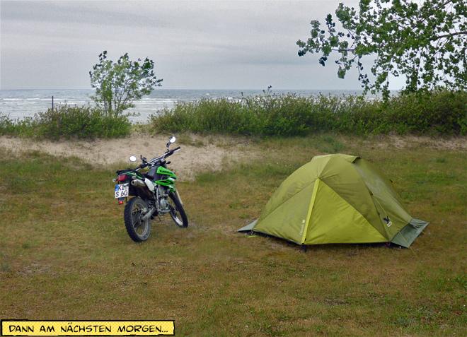 Zelt und Motorrad am Meer