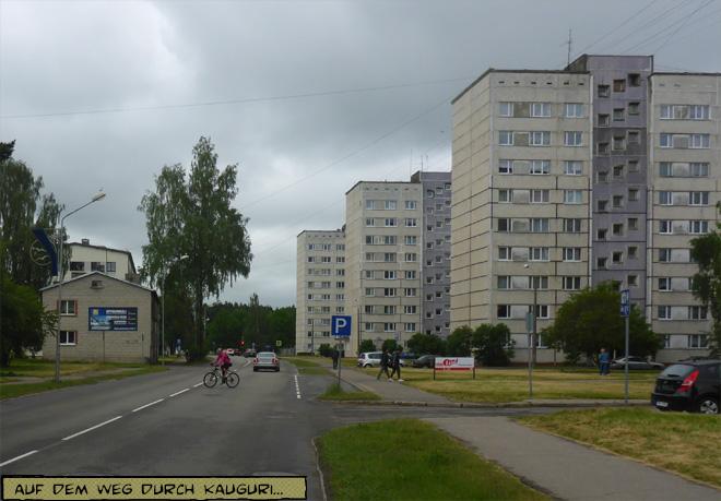 Straße mit Plattenbauten