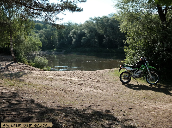 Enduro Motorrad am Flussufer