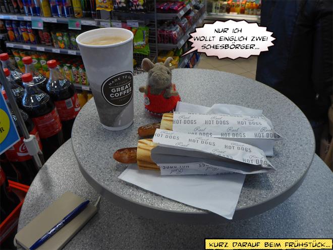 Hotdogs und Kaffee in der Tankstelle