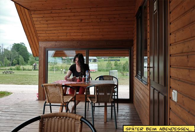 Svenja sitzt am Tisch und schreibt