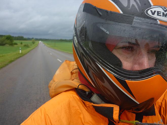 Motorradfahrer im Regen