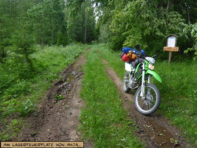Lagerplatz im Wald mit Motorrad in Estland