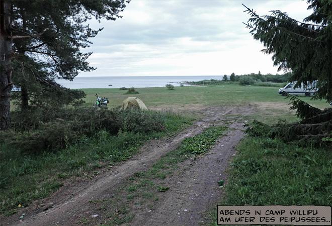 Zelt und Motorrad am Peipussee in Estland