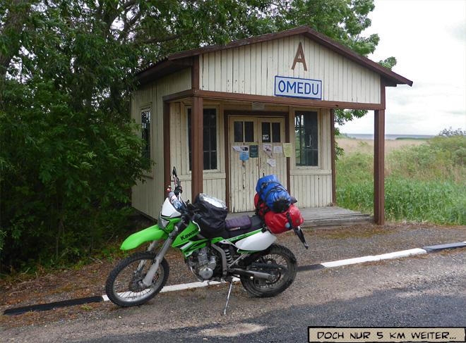 Bushaltestelle mit Motorrad