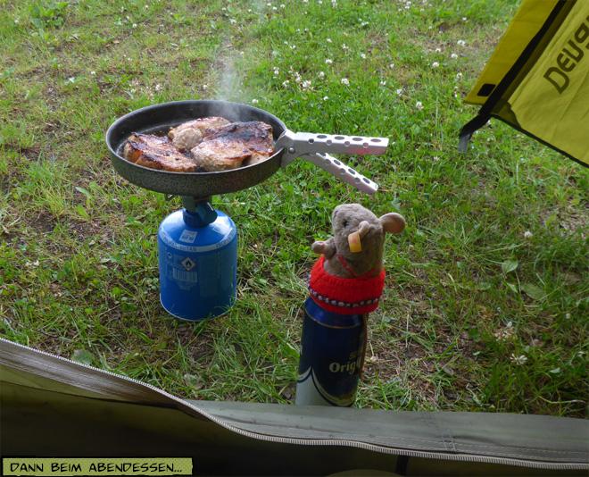 Bratpfanne und Kocher vorm Zelt