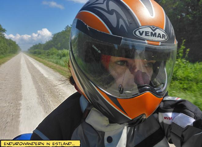 Motorradfahrer auf Schotterpiste