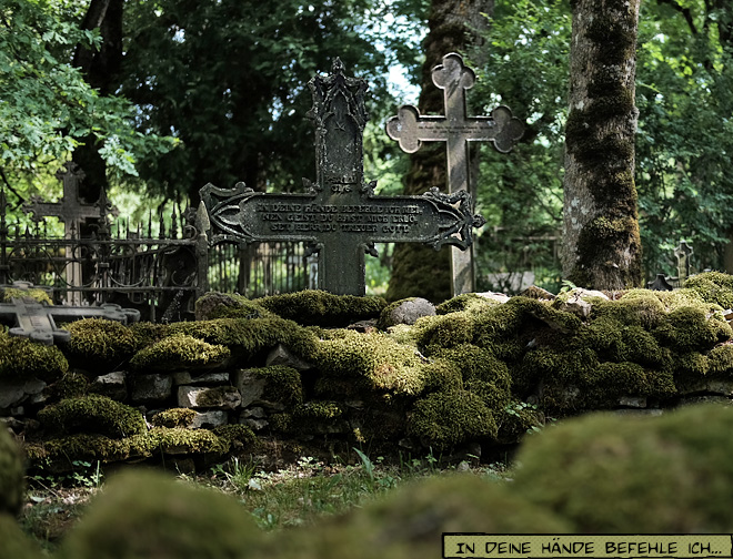 Grabkreuz mit deutscher Inschrift in Estland