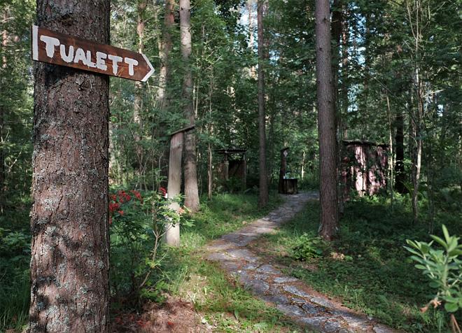 Plumpsklo im Wald