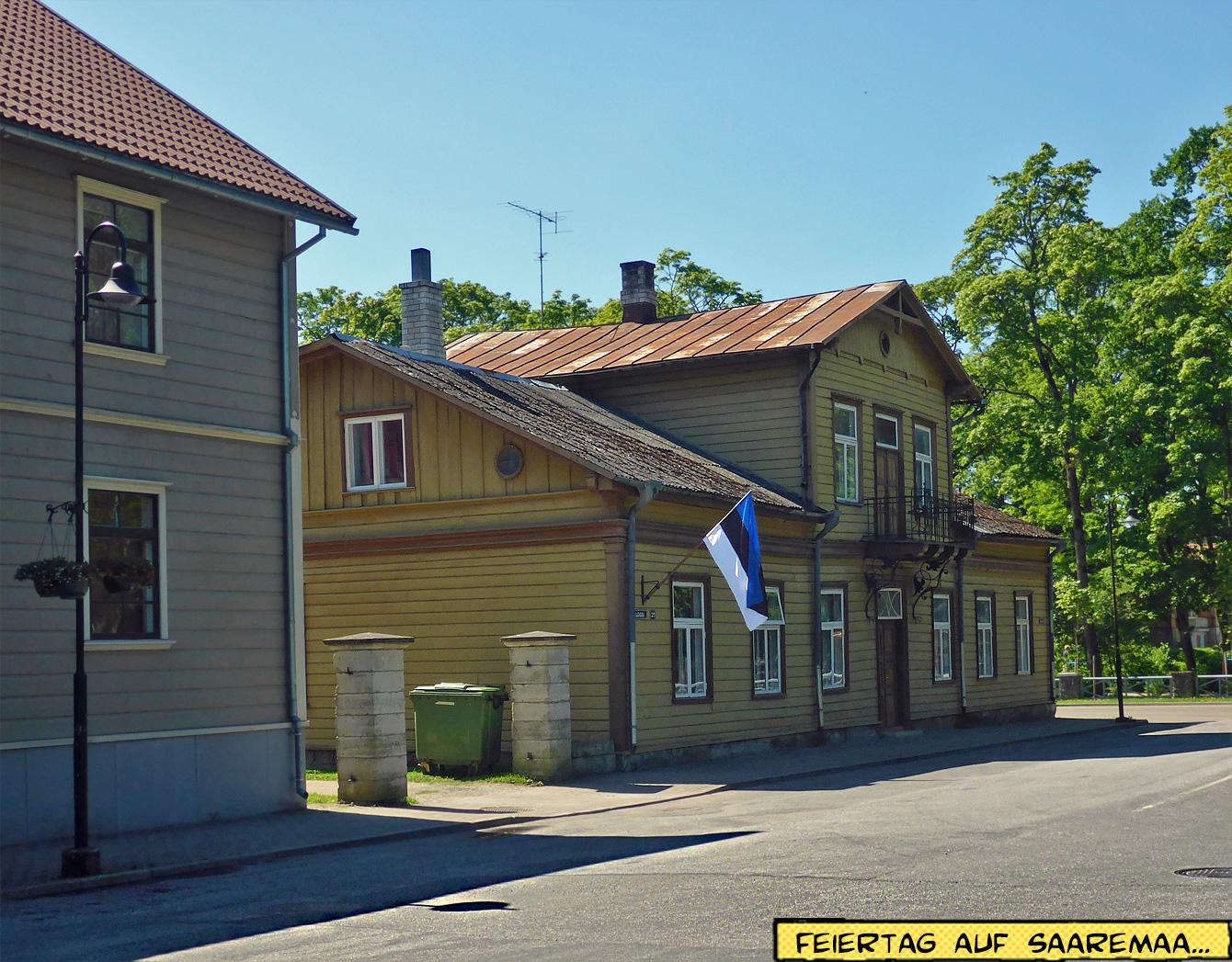 Holzhaus mit Flagge Estland