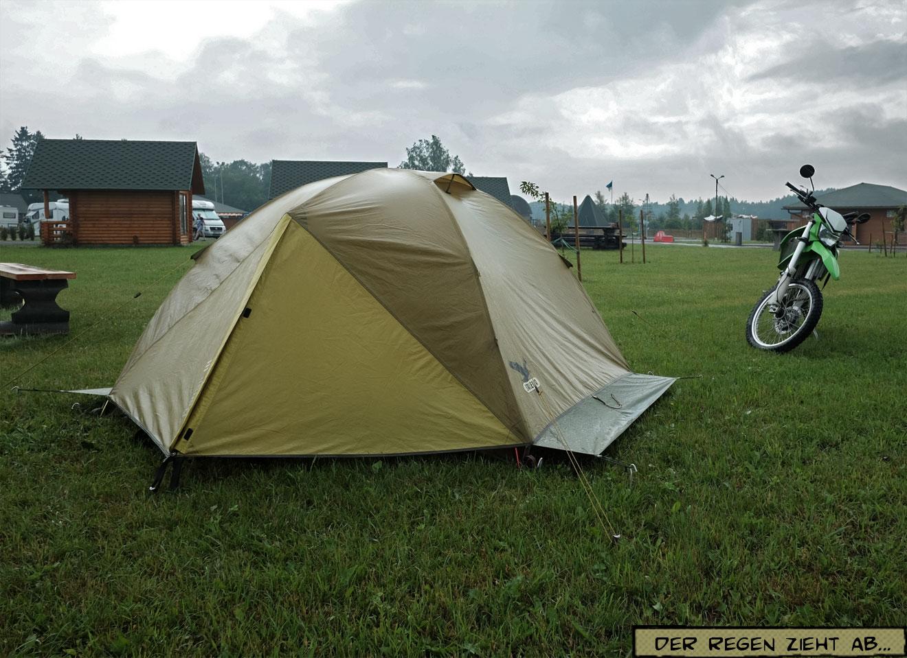 Nasses Zelt und Motorrad
