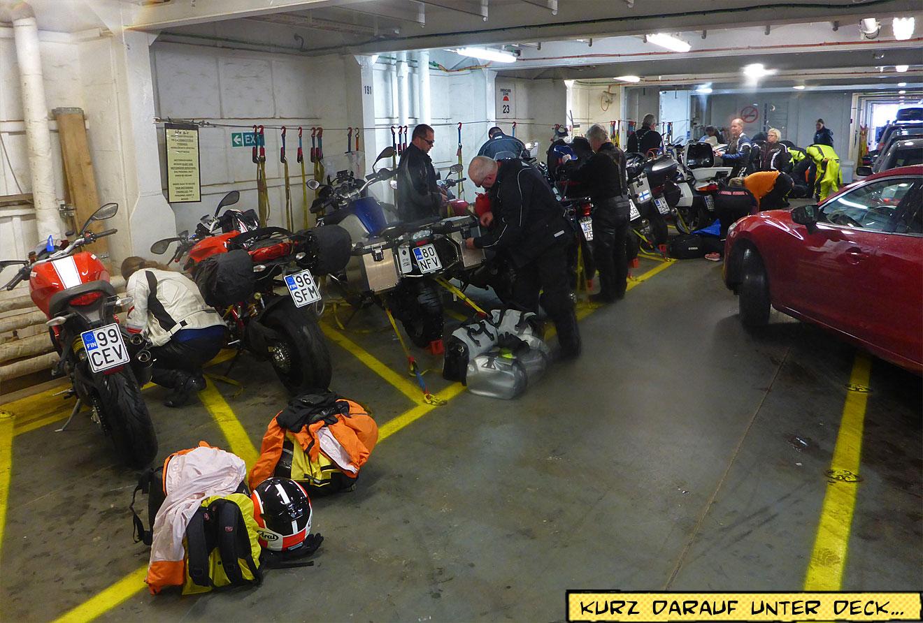 Motorräder Fähre unter Deck