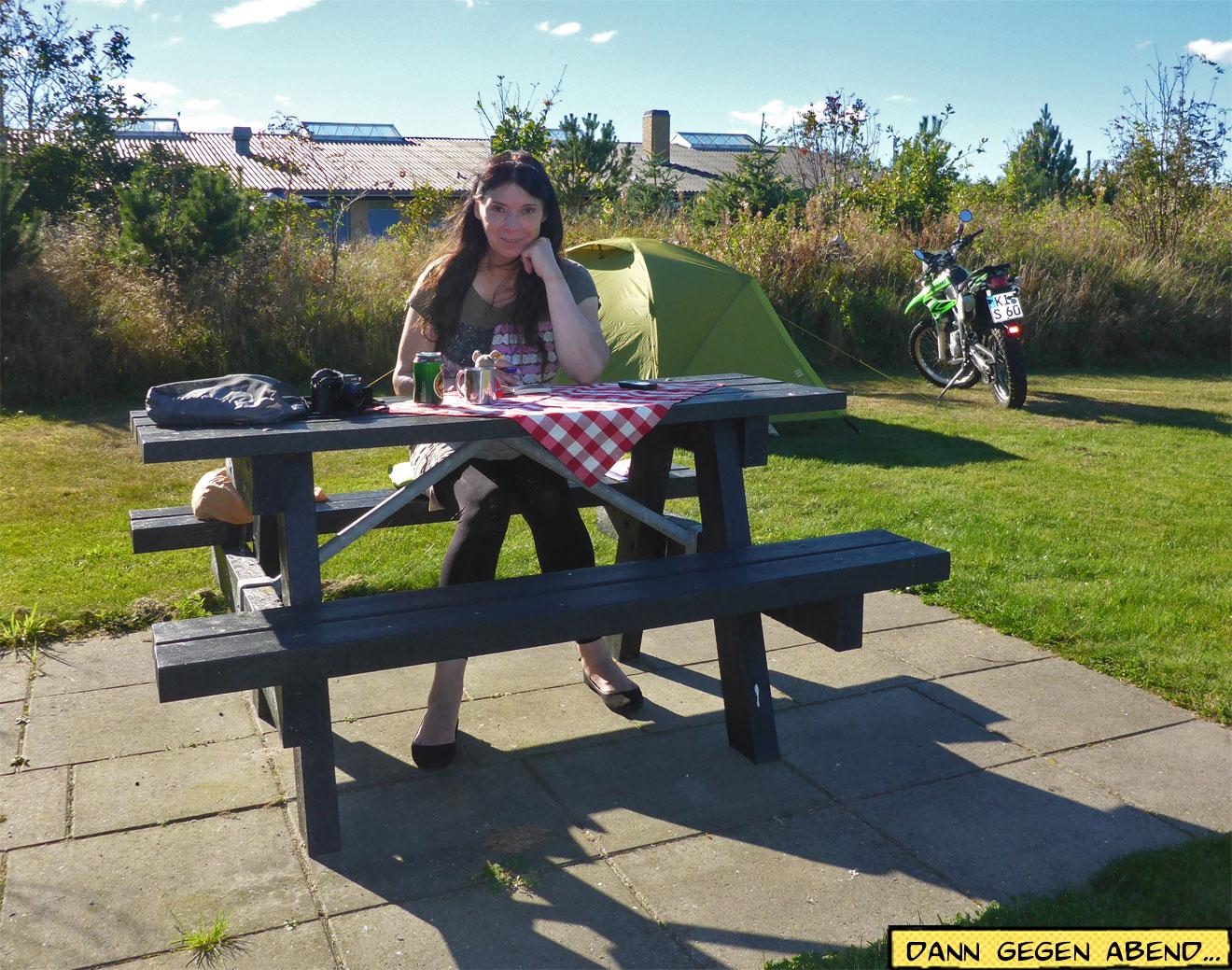 Svenja am Picknicktisch vorm Zelt