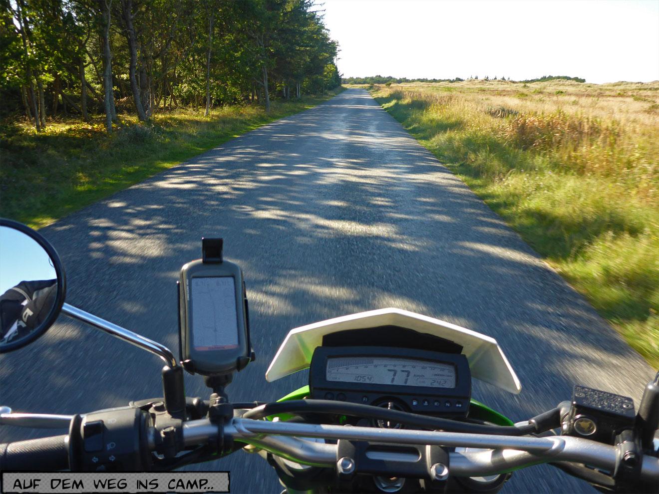 Motorrad auf einer Nebenstraße