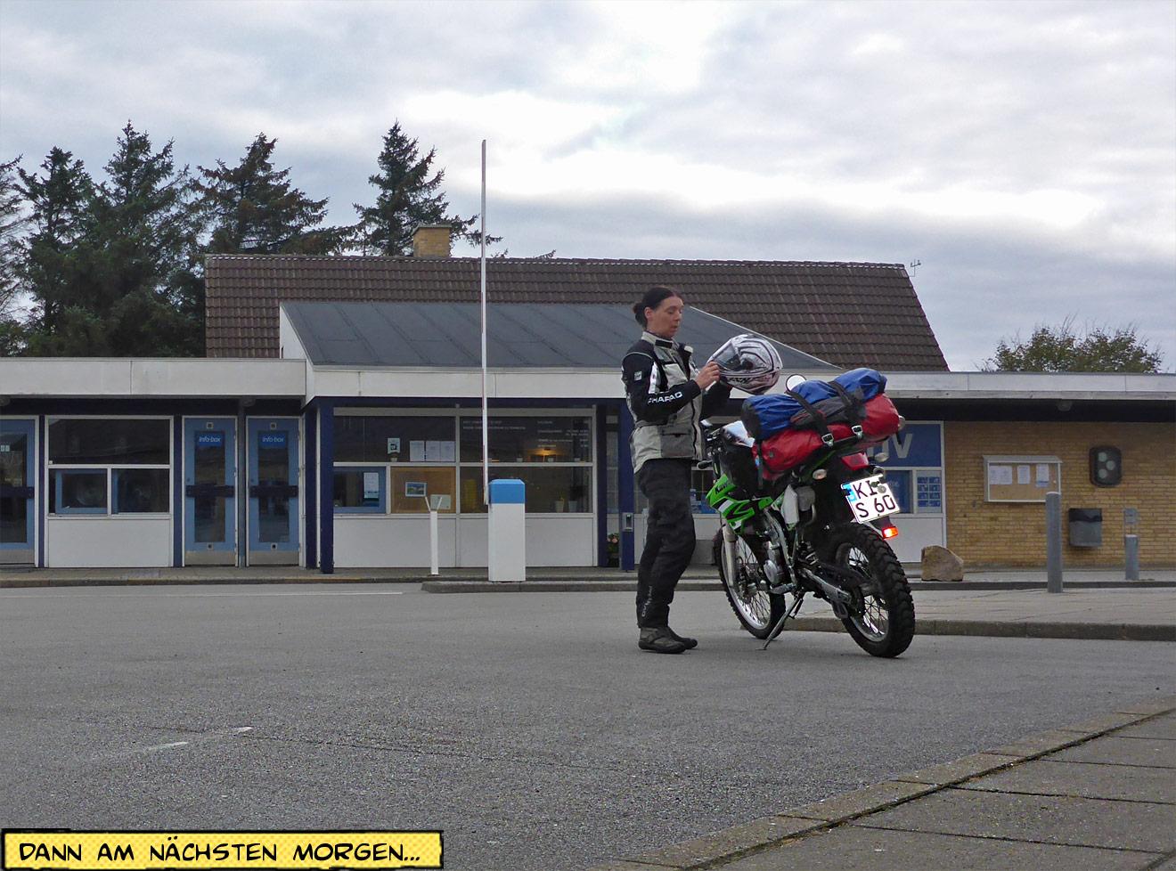 Aufbruch mit dem Motorrad Helm aufsetzen
