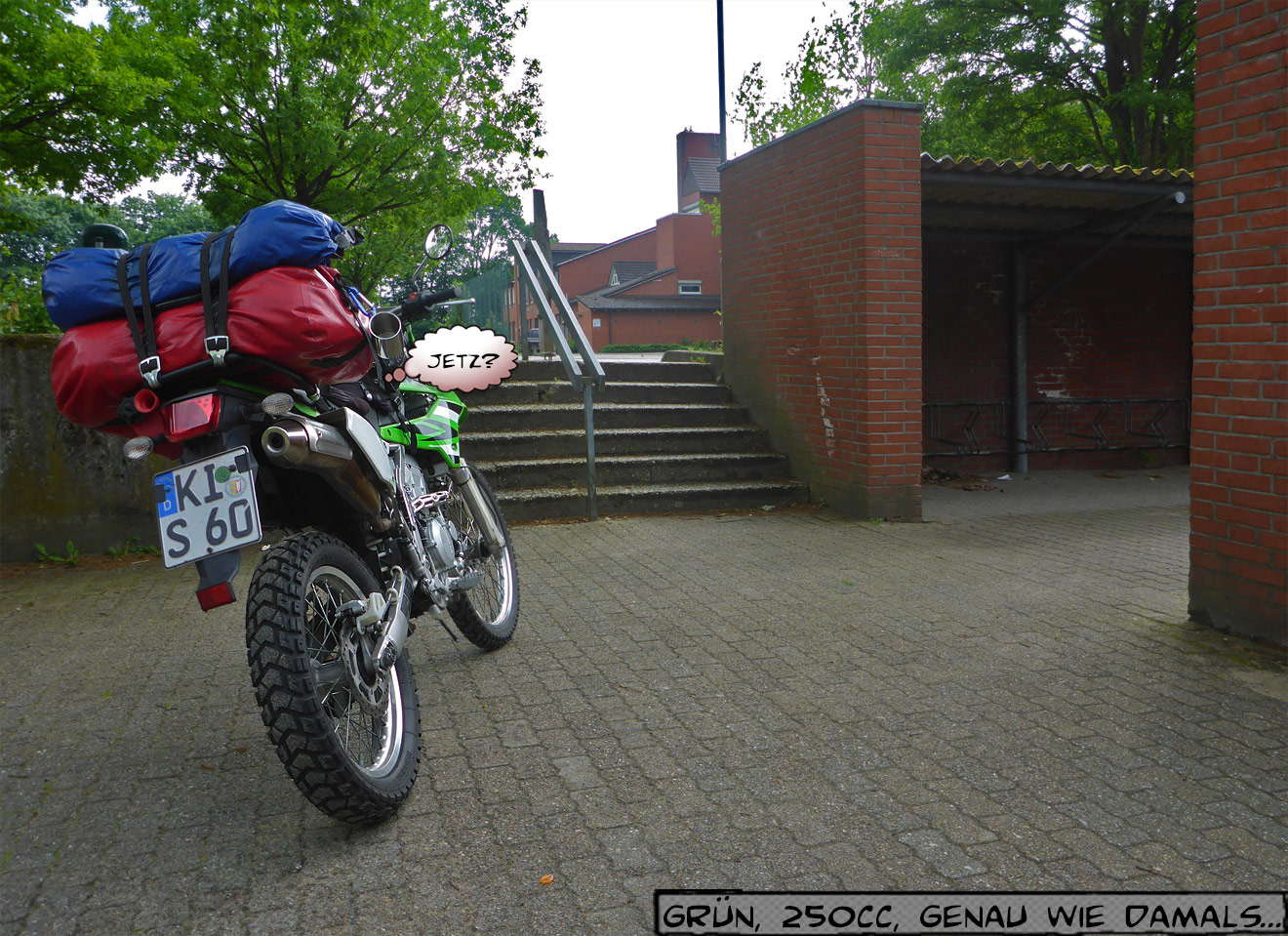 Motorrad vor der Schule
