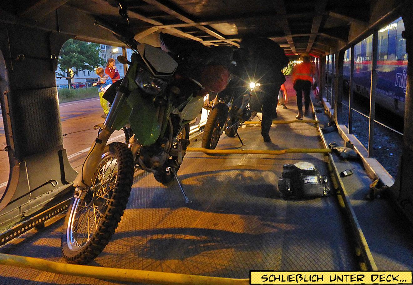 Motorräder auf dem Autozug