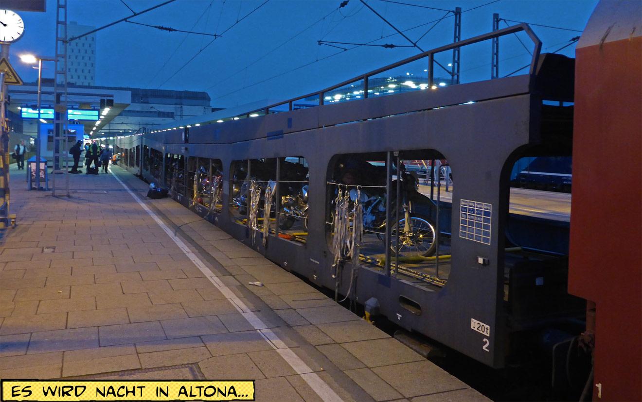 Autozug nachts im Bahnhof