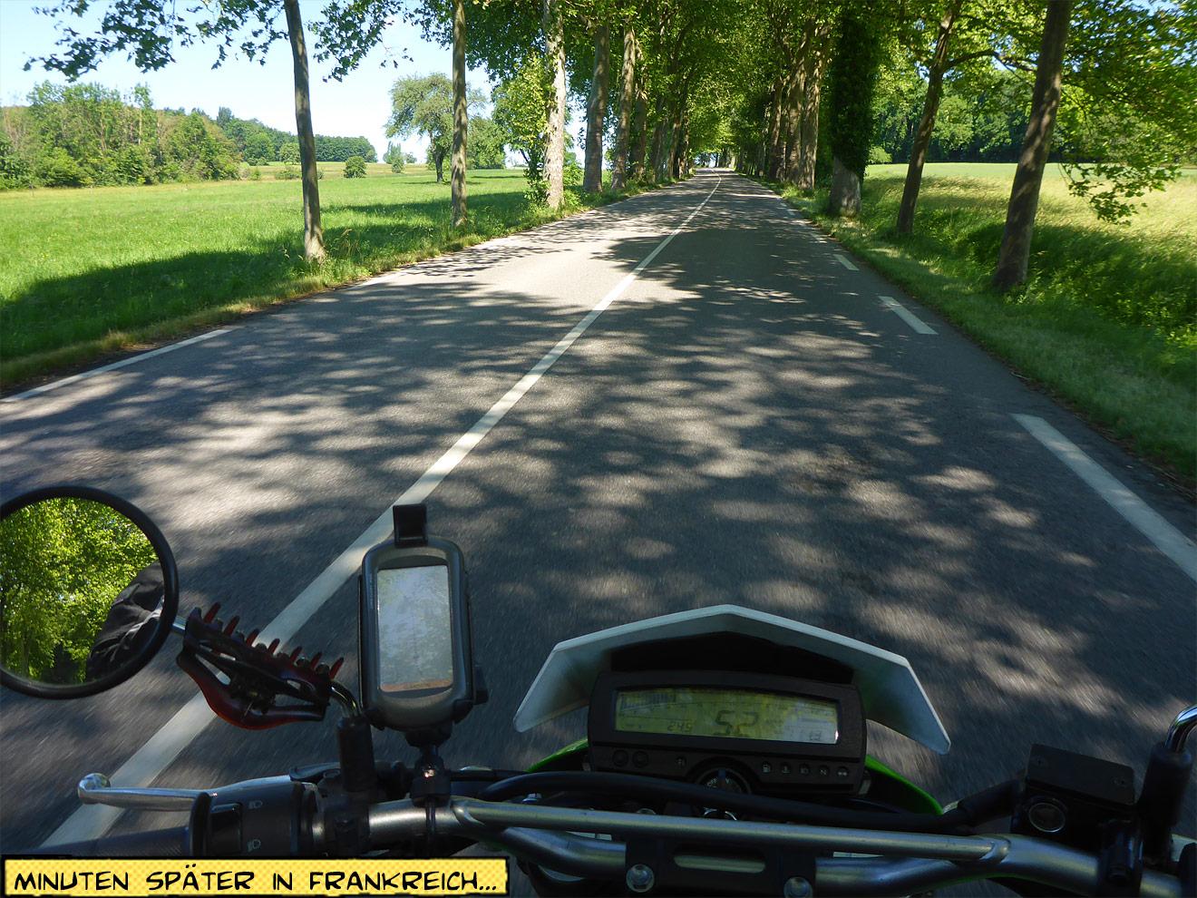 Motorrad auf der Landstraße im Sonnenschein
