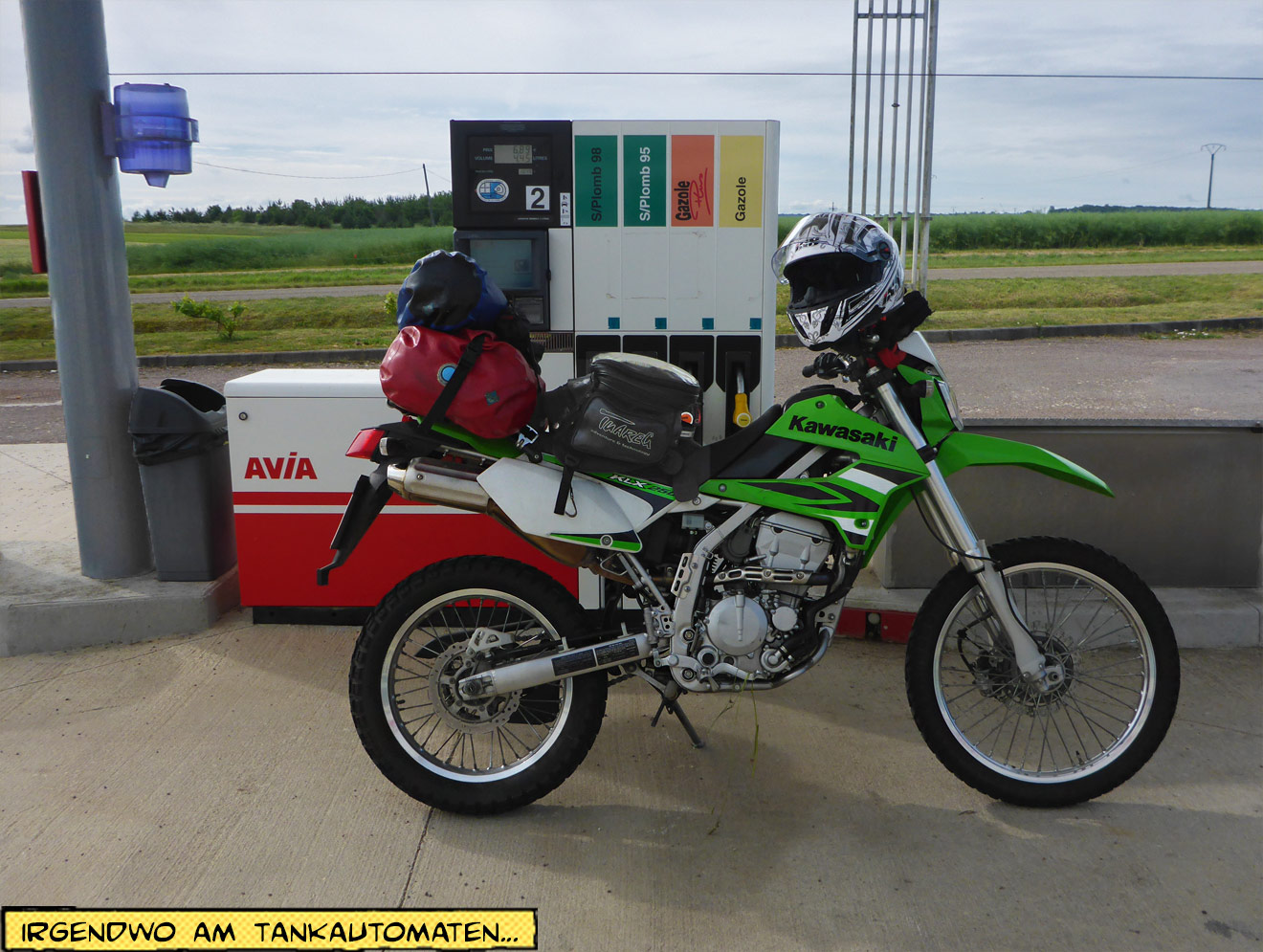 Motorrad an der Automatentankstelle