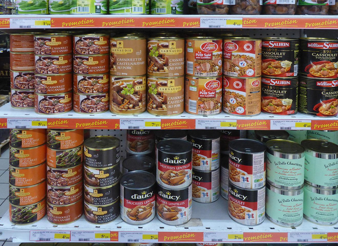 Konservendosen im Supermarkt
