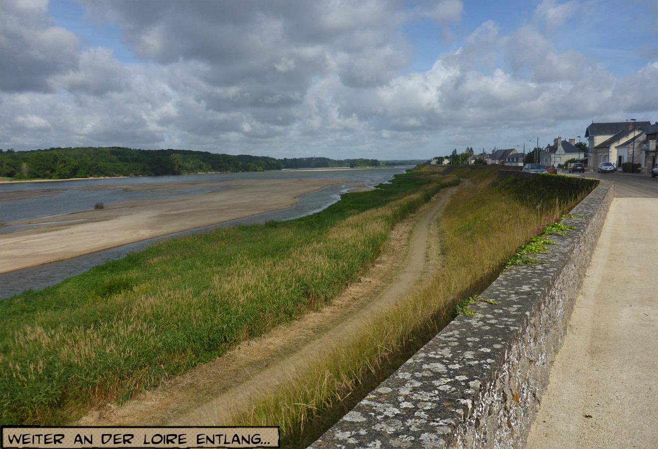 Straße und Dorf an der Loire