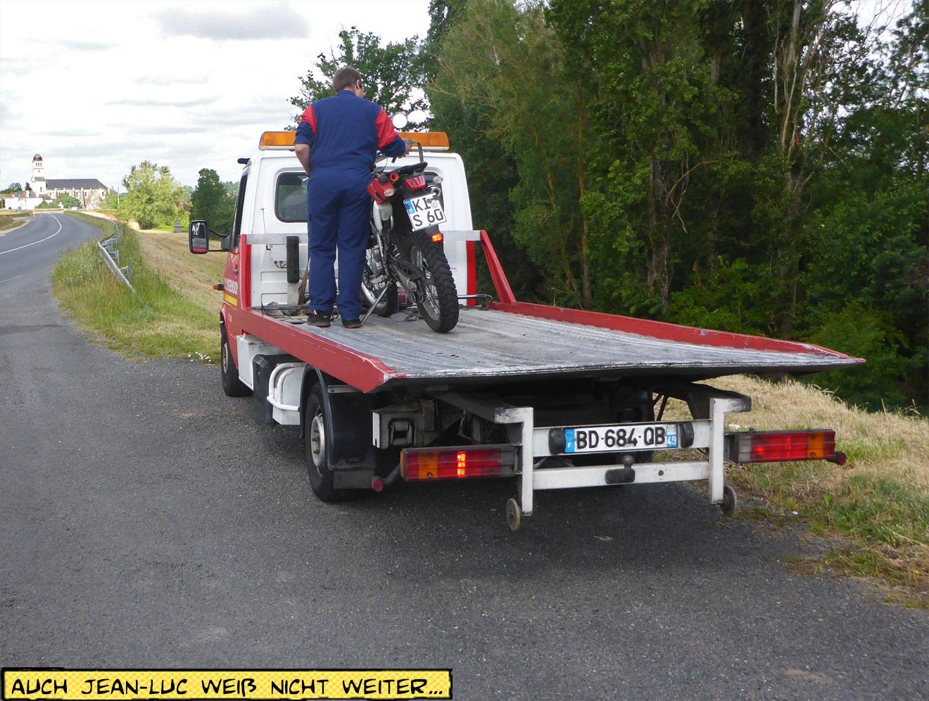 Motorrad wird auf Abschleppwagen geladen