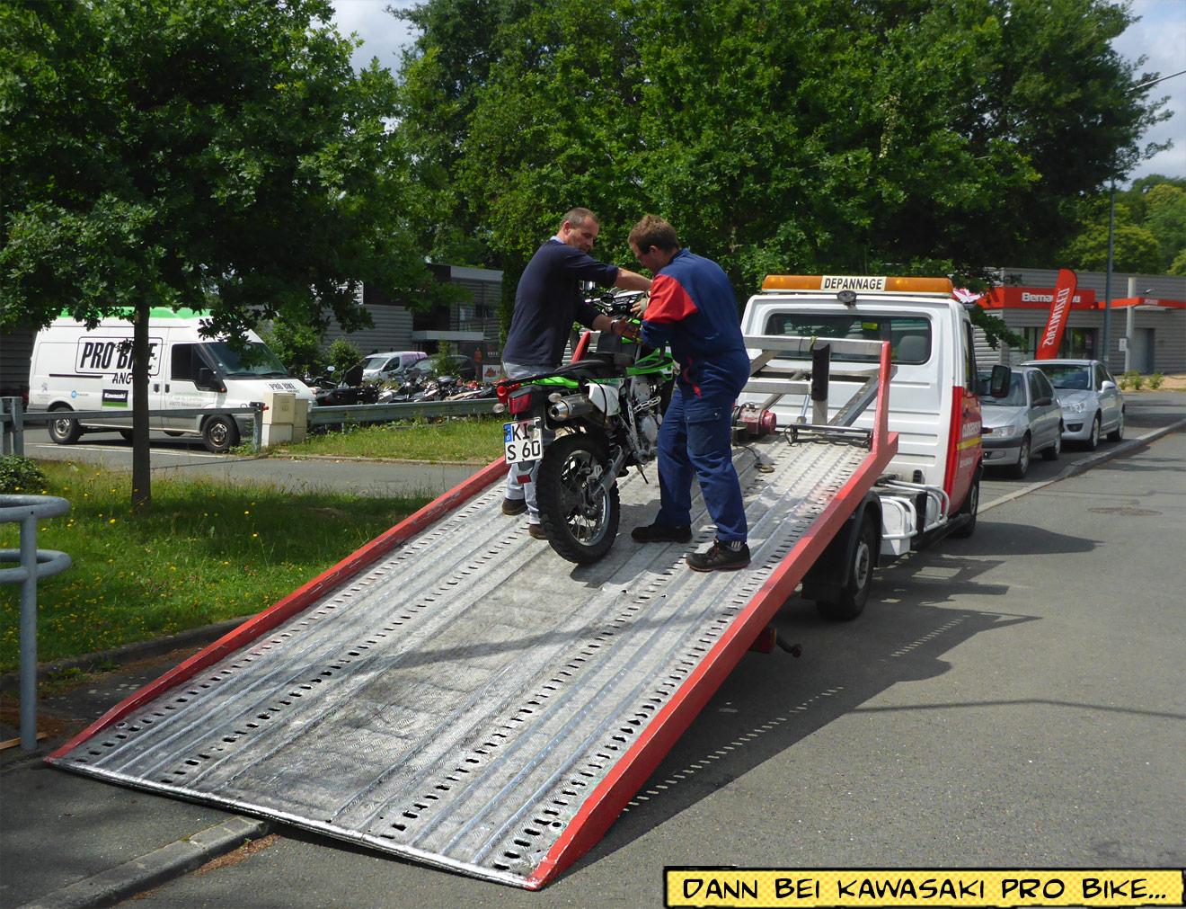 Motorrad auf dem Abschleppwagen
