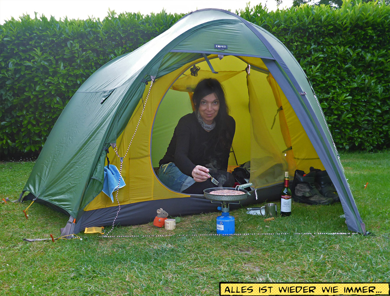 Svenja im Zelt beim Kochen