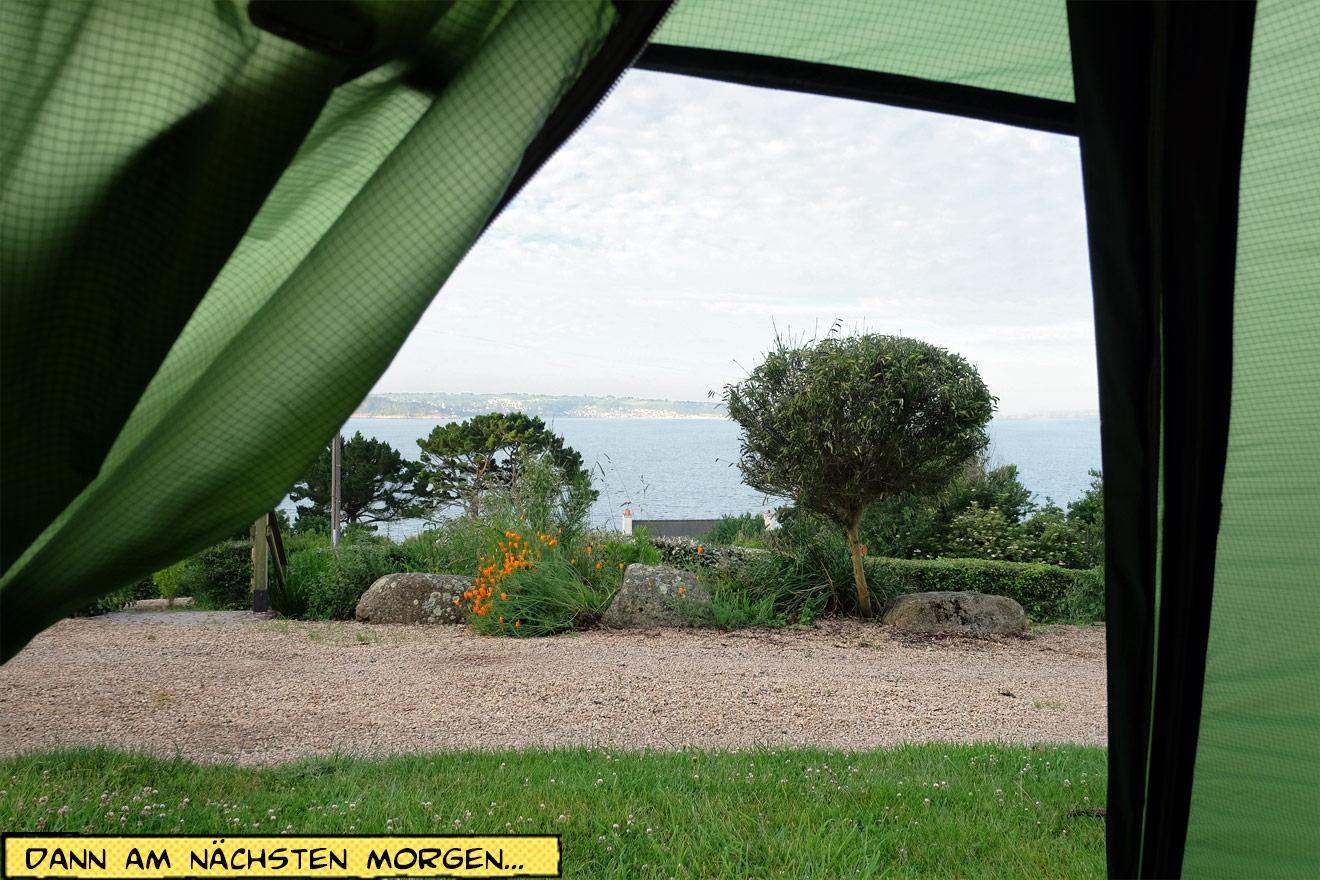 Blick aus dem Zelt aufs Meer